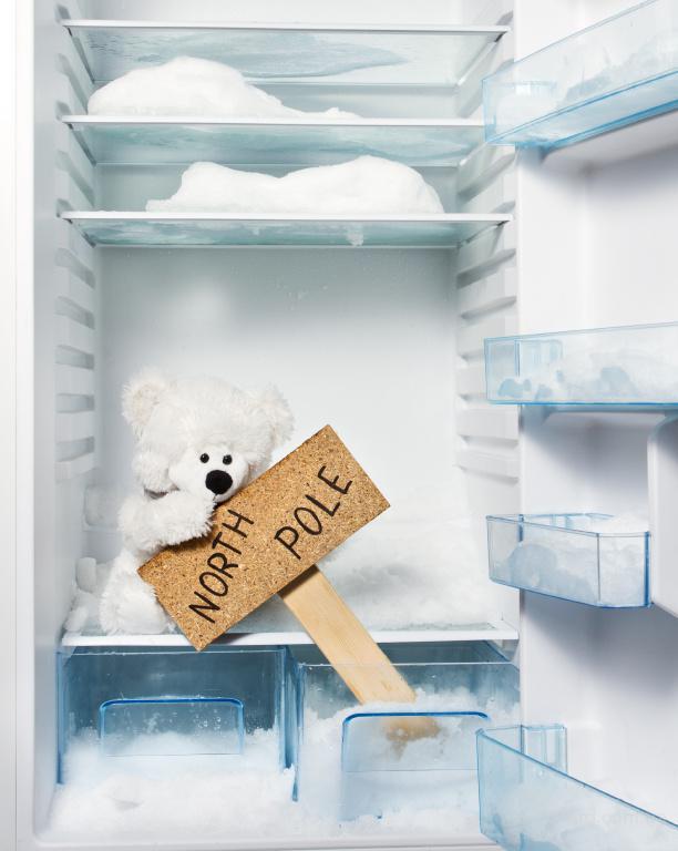 Перемораживает холодильник