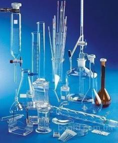 Лабораторная посуда в ассортименте .