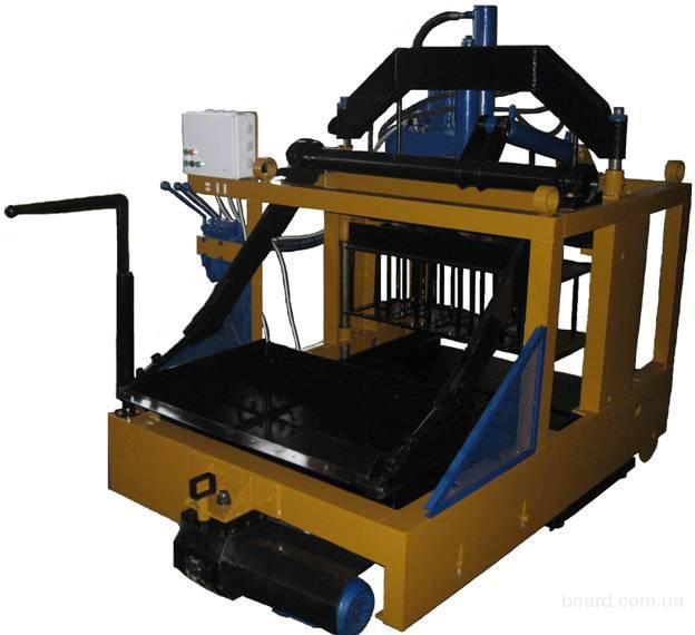 Высокопроизводительный компактный станок для изготовления строительных блоков методом полусухого вибропрессования.
