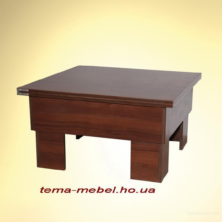 Раскладной стол с раскладными стульями.