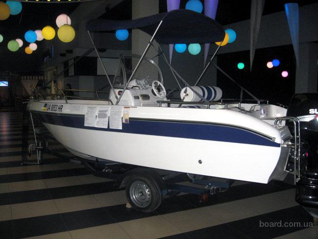 Катер производится в двух версиях: 1-Открытый с центральной консолью(Рыбак) .  2- С двухместной каютой.