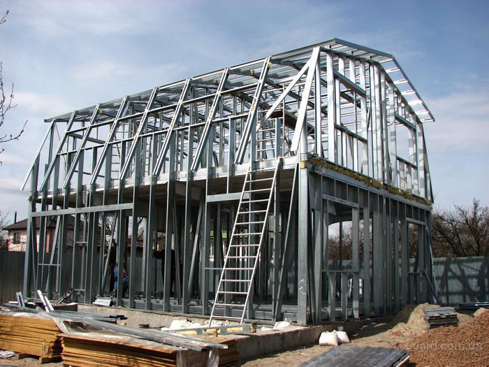 Он характеризуется строгой прямоугольной или квадратной формой с двускатной крышей.  Скаты крыши сходятся под острым...