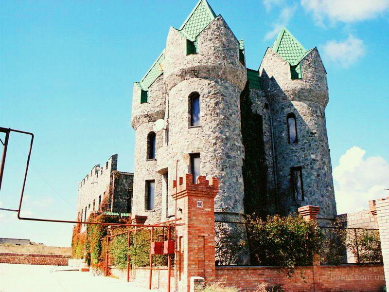 Фото элитного дома в стиле замка.