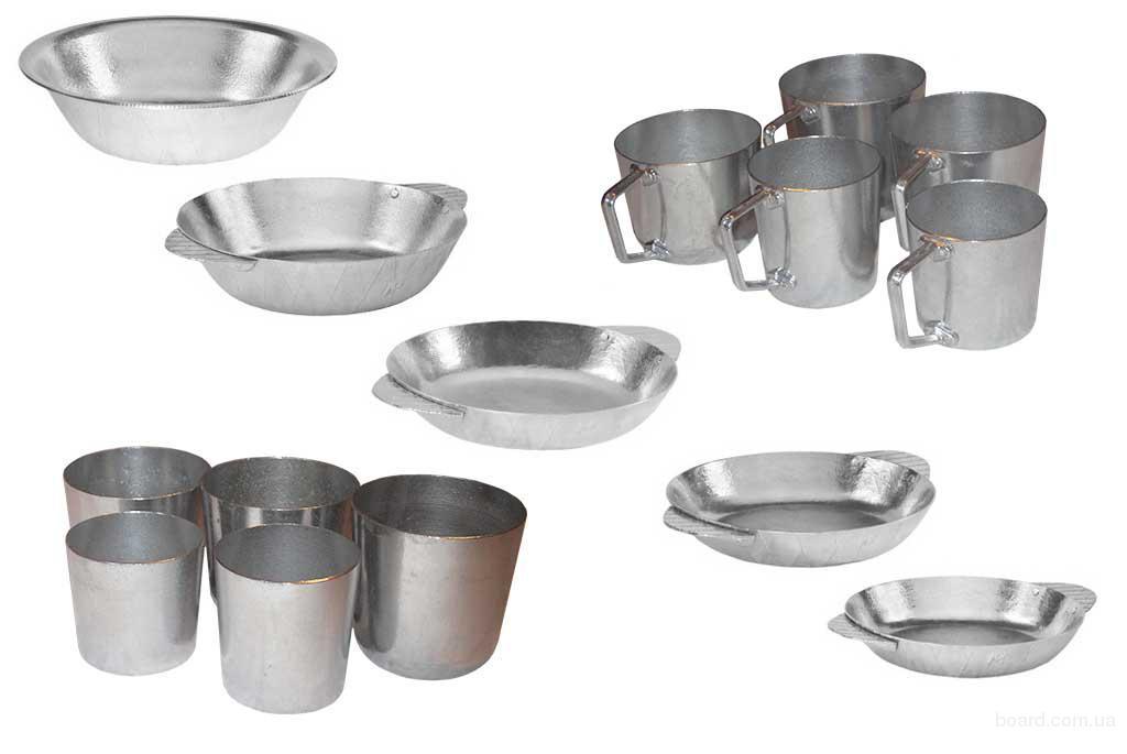 Алюминиевые кружки, тарелки и стаканы разных размеров.