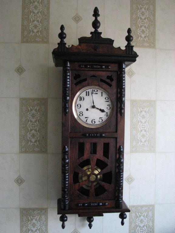 Продам старинные, немецкие настенные часы 19 века, с трехгонговым боем. Вхорошем состоянии.