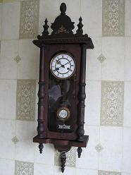 Есть старинные настенные часы 19 века