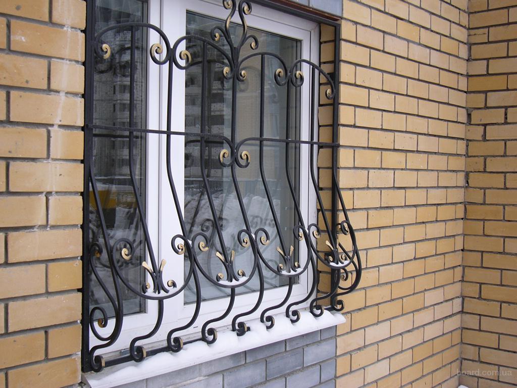 Очень важно создать защиту для окон, особенно те, что расположены на нижних этажах.  Сделать это можно при помощи...