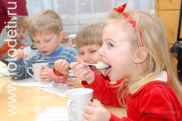 Дети любят кислородный коктейль в детском саду.