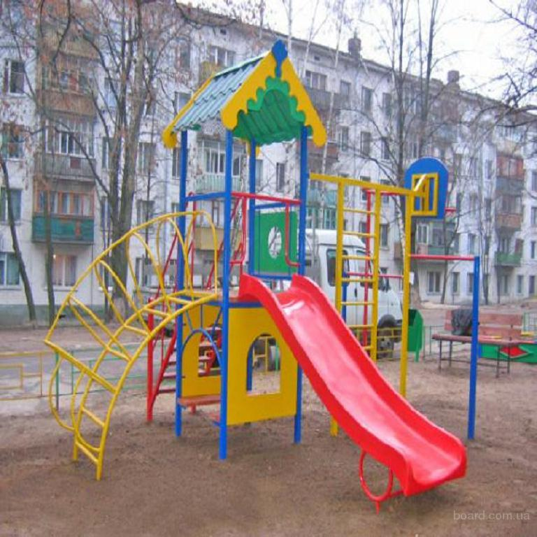 Детская площадка возле дома