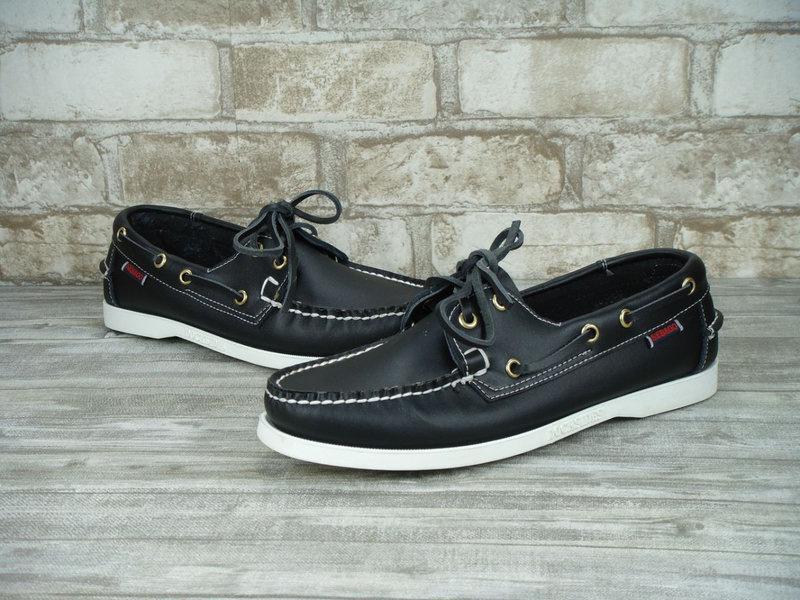 Широкий ассортимент спортивной обуви.